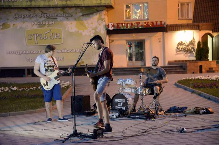 Группа «Дождя не будет» играет на улицах Воронежа по пятницам и в выходные. У ребят есть расписание выступлений и своя публика. Коллектив модно приглашать в рестораны или на праздники. Фото Александра Литвина