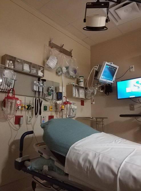 На входе медсестра собирает анамнез, измеряет давление. Затем могут пригласить на сдачу крови и встречу с дежурным врачом. Потом можно прождать процедуру 1—2 часа. Один раз мы просидели 5 часов в ожидании врача скорой помощи