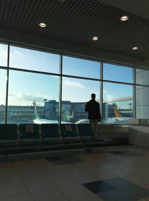 Самолет из Москвы до Стамбула был заполнен. Многие с пересадкой летят дальше — в Египет илиОАЭ. В Приштину с нами никто не собирался. Казалось, что на нас даже смотрели с подозрением