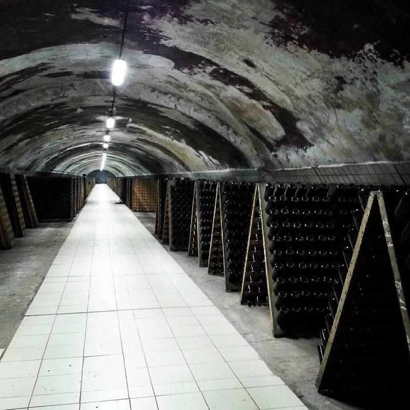 Подвалы, в которых выдерживают шампанское, находятся в скале. До сих пор дляправильного процесса шампанизации все бутылки переворачивают вручную