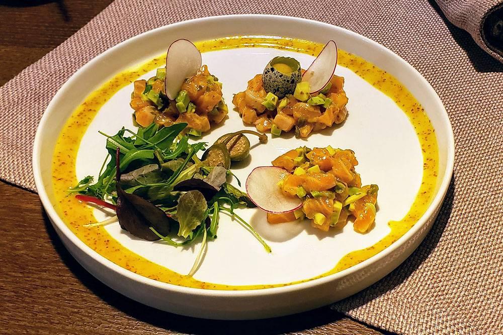 Тартар из лосося с авокадо стоит 495<span class=ruble>Р</span>