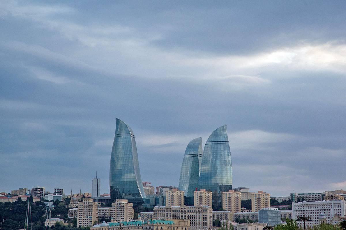 От старого города можно подняться к Пламенным башням. Эти небоскребы — визитная карточка Азербайджана