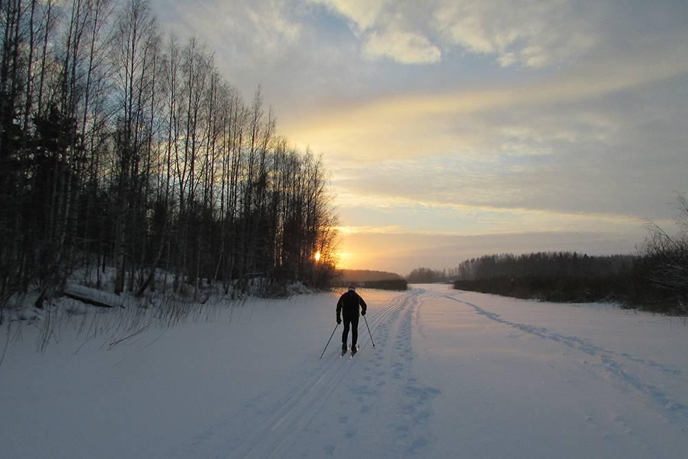 Финский лыжник вышел на прогулку на закате