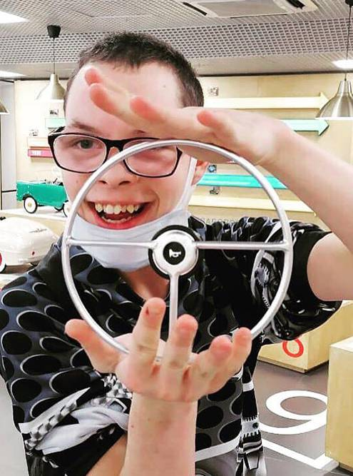 Слава очень любит машины и все, что с ними связано. Это одна из особенностей людей с РАС — зацикленность на одной теме