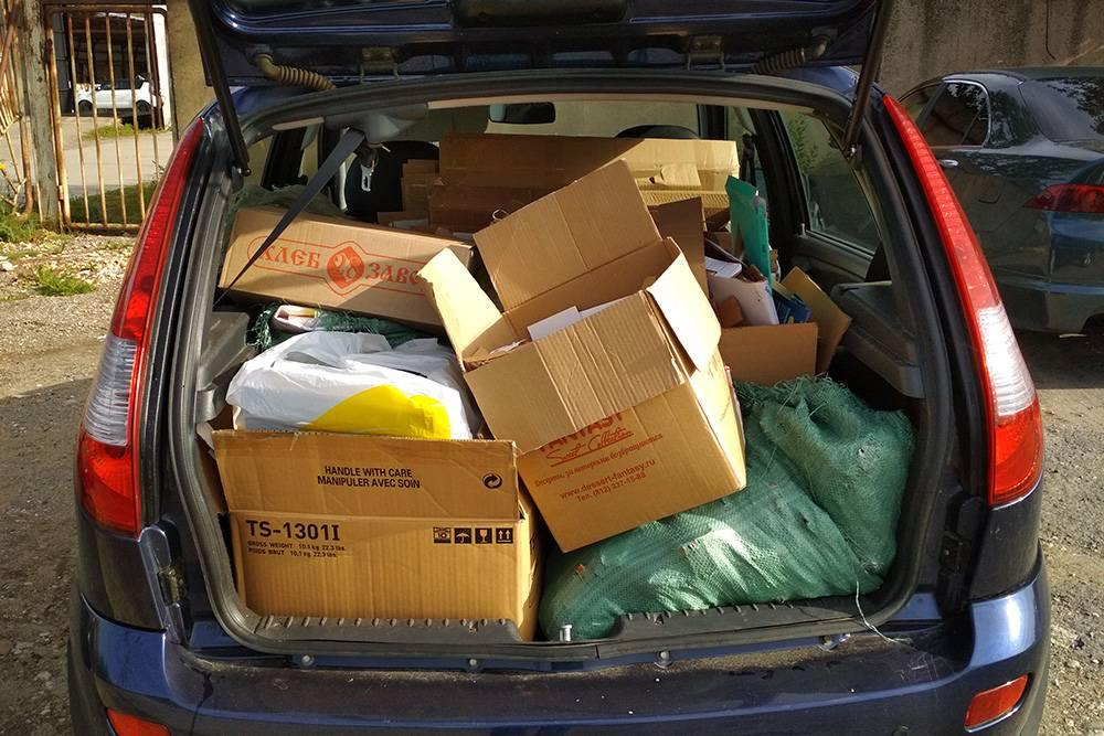 Везу 50 кг макулатуры в пункт приема. Снизу лежат тяжелые картонные упаковки от офисной мебели и компьютеров, сверху — коробки с книгами и мешки с бумагой. За все я получил 150<span class=ruble>Р</span>