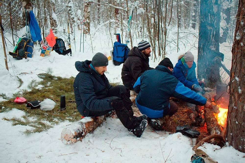 В лесах Владимирской области, Гусь-Хрустальный район. Уже развели костер, греем воду. Наместо, куда повесим тент, набросали лапника