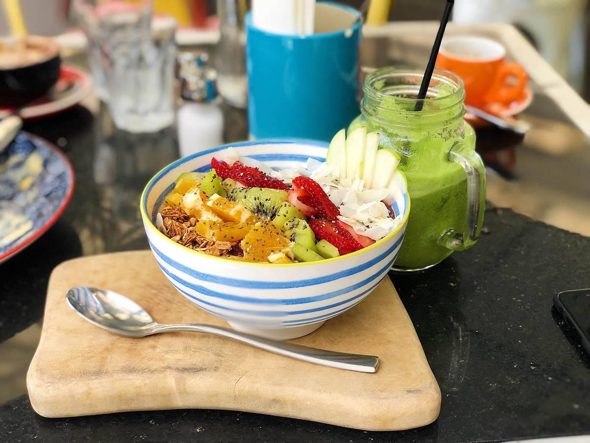 Асаи боул — популярный в Австралии завтрак из мюсли, фруктов и ягод асаи