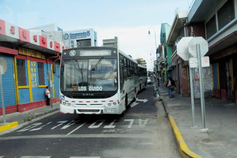 На междугородних автобусах в Коста-Рике ездит много людей. Чтобы занять места, лучше приходить заранее