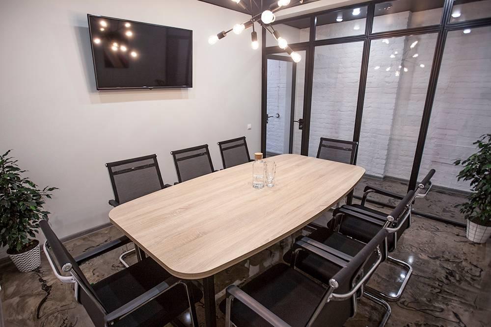 Переговорная комната здесь одна, поэтому бронировать ее лучше заранее