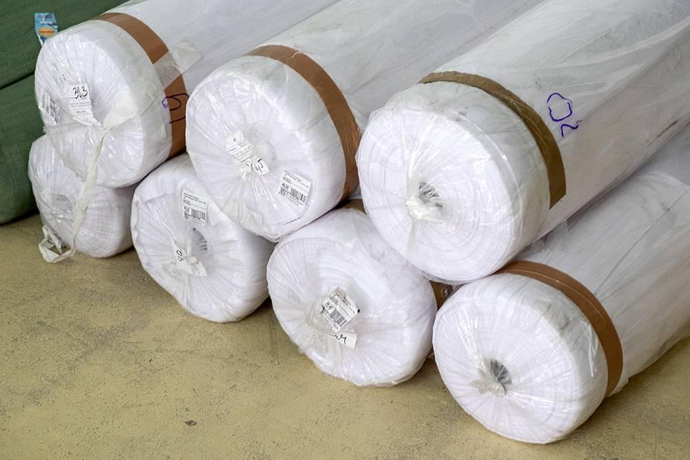 Один рулон бифлекса стоит 20 тысяч рублей. Из него можно сшить около 170 чехлов для чемоданов