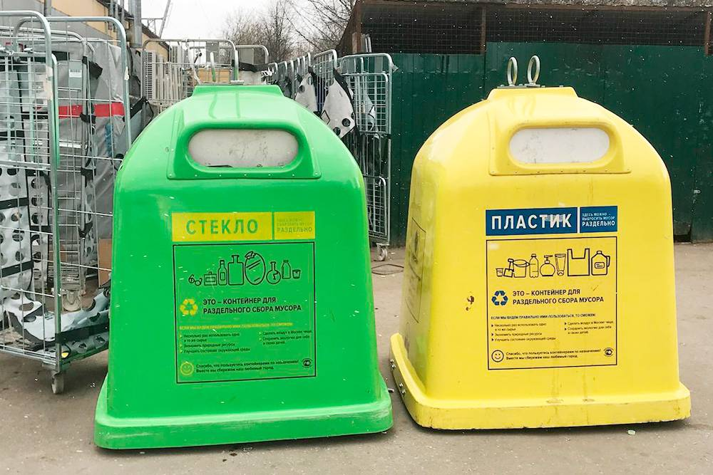 Благодаря проверкам «Раздельного сбора» мы знаем, что в эти контейнеры можно более-менее спокойно выбрасывать все пригодное к переработке стекло и пластик с номерами 1 и 2. Его оператор точно отдает на переработку