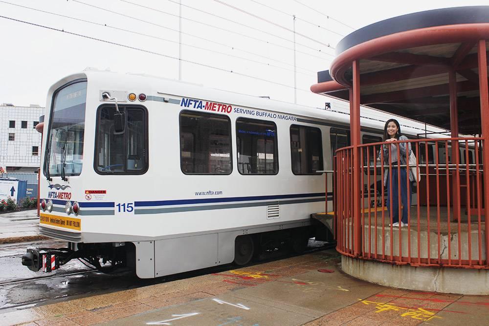 Наземная станция метро Баффало. Мы со знакомой Соней Чан купили билеты, зашли в вагон и искали считывающие устройства. Ничего не нашли и спросили у пассажиров, куда прикладывать карточки. Нам ответили, что проезд бесплатный