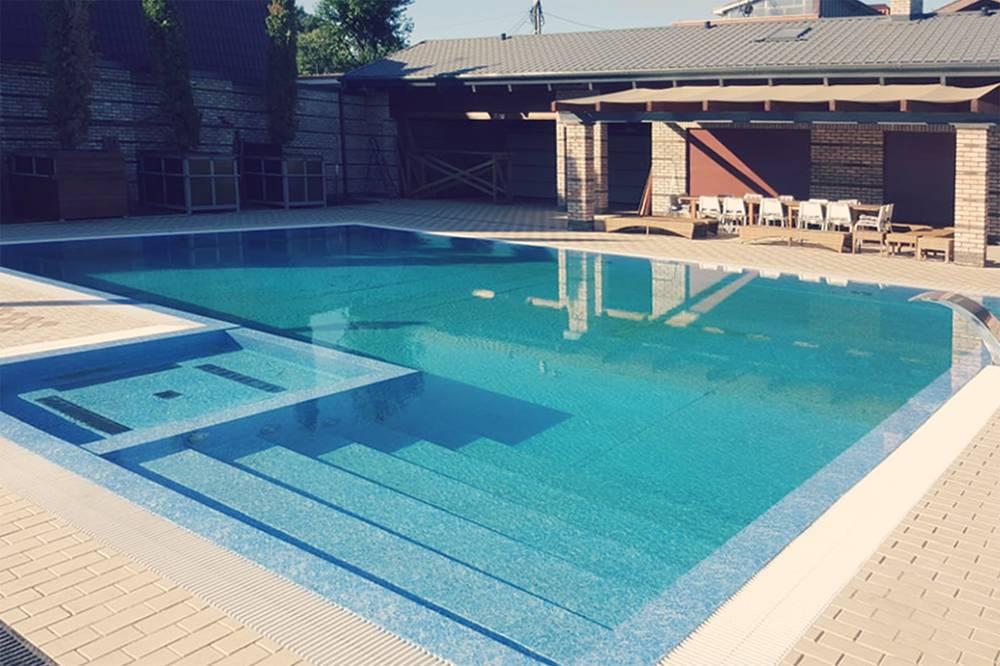 Переливной бассейн в одной из частных гостиниц черноморского побережья. В отеле останавливается много людей, поэтому владелец установил бассейн с более совершенной очисткой