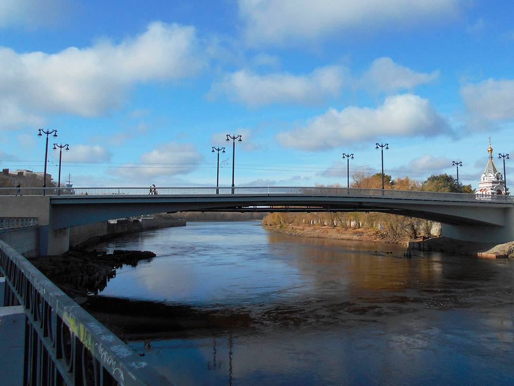 В дни работы над статьей открыли после ремонта центральный Юбилейный мост через Омку. Мы ждем, что пробок станет еще меньше