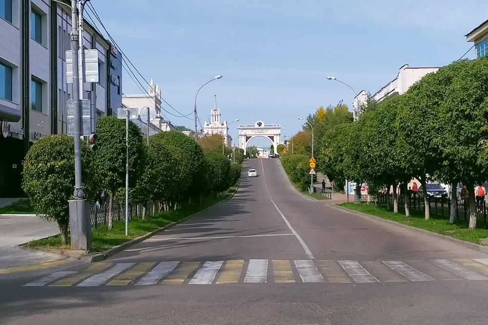 Вид на триумфальную арку «Царские ворота» в начале Арбата. Она была построена в честь приезда цесаревича Николая Александровича. В советское время арку снесли, но восстановили через 70 лет ко дню города