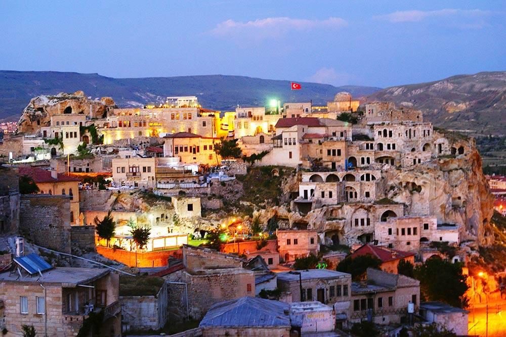 Вид на вечерний город. Домики Ургюпа сверху больше похожи на набор «Лего», чем на реальное жилище людей