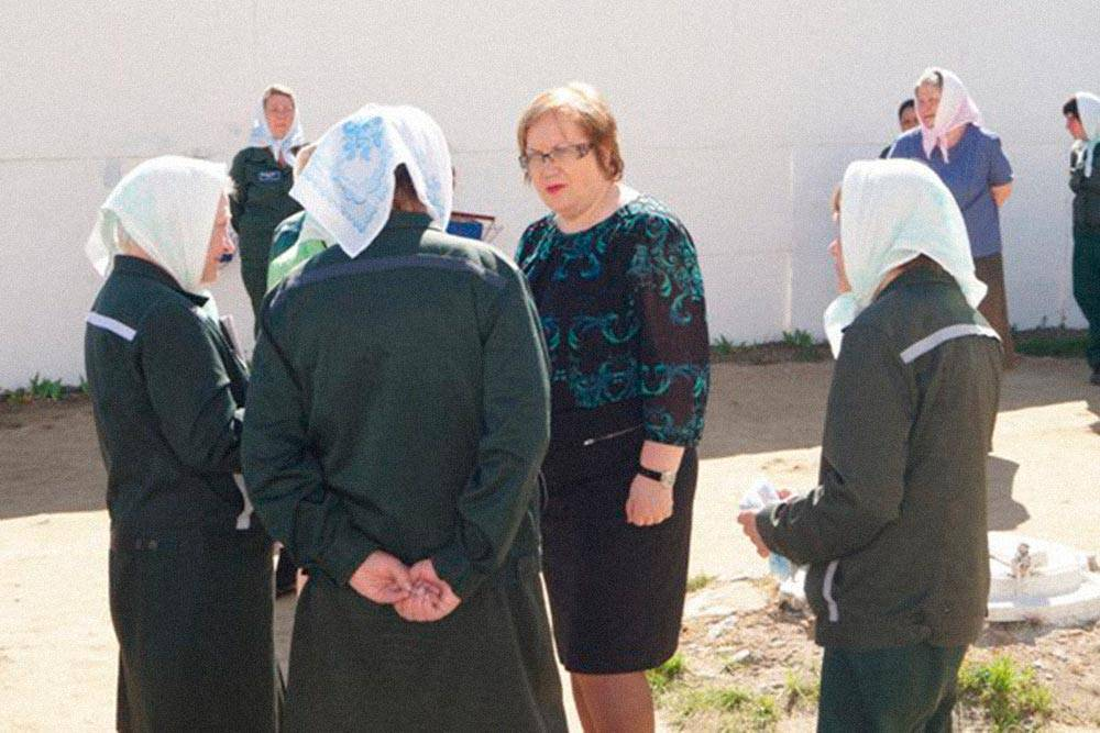 В таком виде осужденные женщины ходили по колонии: покрытая голова, платья, в холодное время года сверху куртки. Источник: vk.com