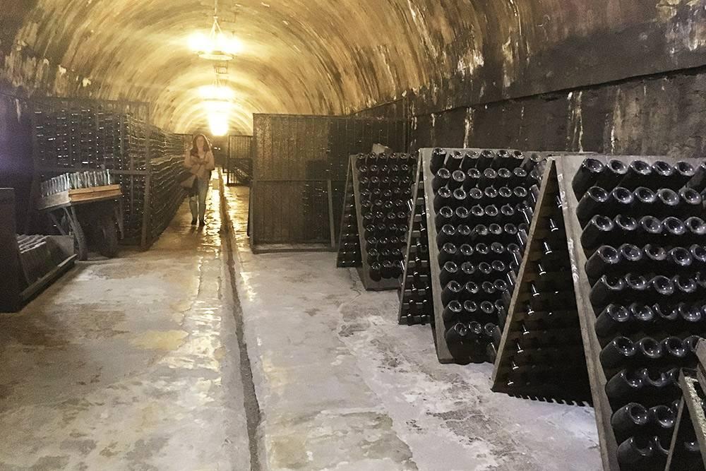 Чтобы избавить вино от осадка, бутылки устанавливают в специальные стойки-пюпитры горлышком вниз. Потом их ежедневно аккуратно переворачивают, чтобы осадок собирался на пробке