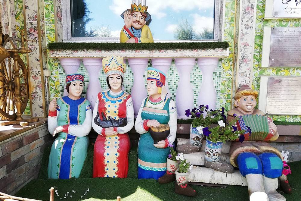Три девицы подокном и подслушивающий их царь. Рядом на стене висят таблички, которые рассказывают о творчестве Пушкина и Крылова