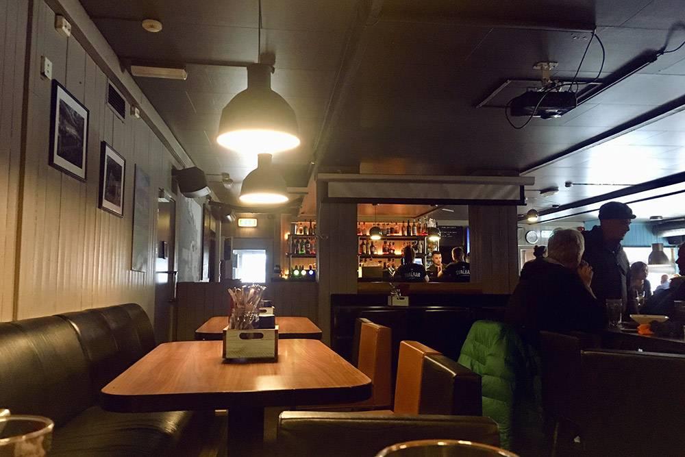 Местный бар в Лонгйире. И не скажешь, что находится за полярным кругом