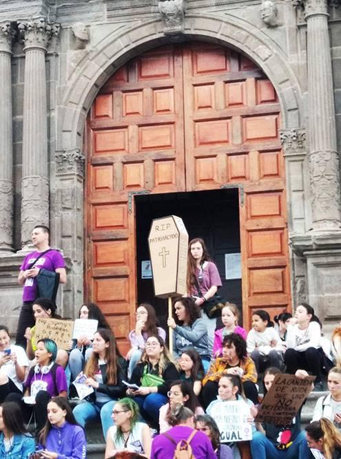 На главной площади города. На самодельном гробе написано: «Покойся с миром, патриархат»