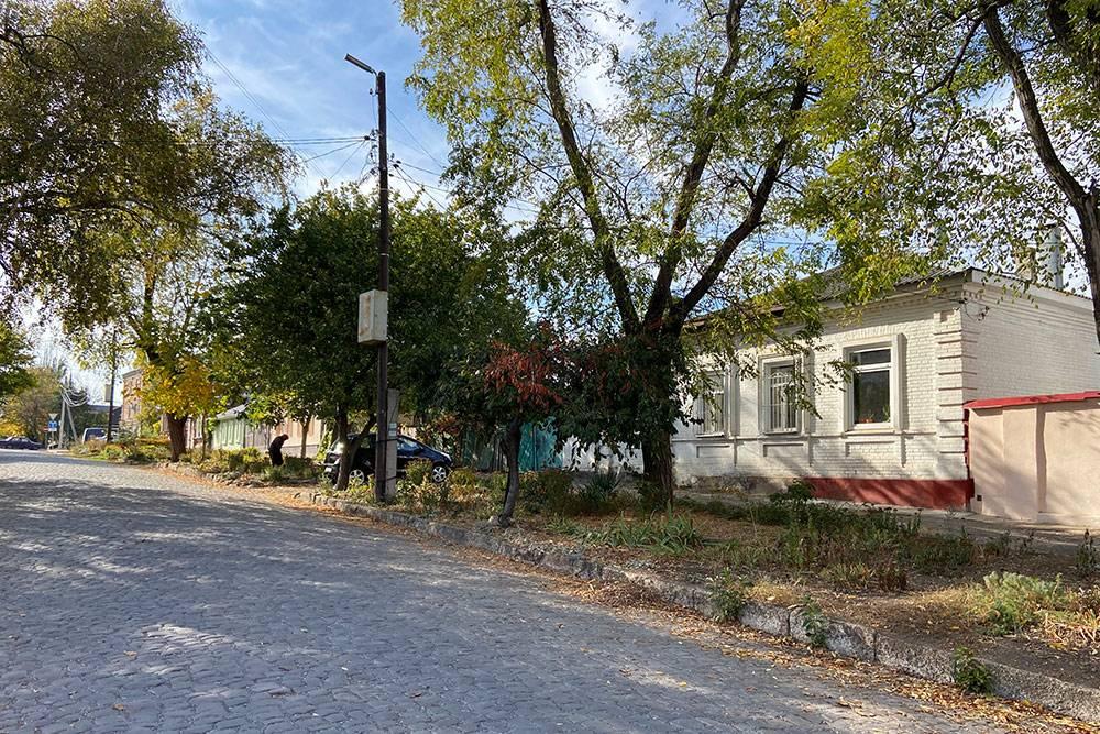 Атмосферная брусчатка и древние дома в Красном переулке вполне сойдут за уездный дореволюционный городок, где вместо машин по дороге катят крестьянские повозки