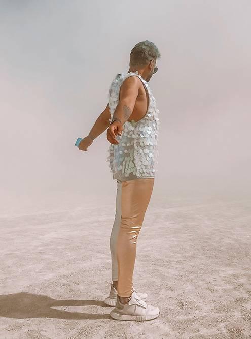 На ногах у Ираклия были когда-то белые кроссовки футуристичного вида. Еще он взял серебристые кеды с пришитыми к ним высокими носками