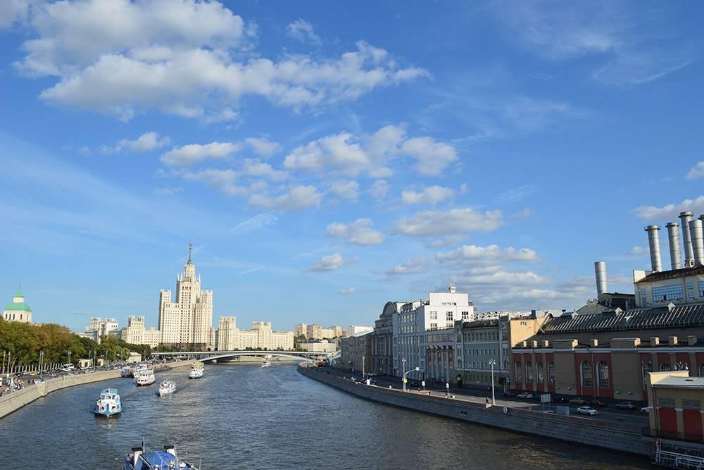 Вид с парящего над Москвой-рекой моста в Зарядье. Конструкция может выдержать 3000—4000 человек, но разместить их на нем физически невозможно