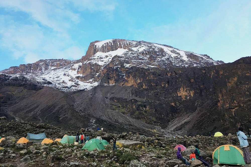 Лагерь Барранко и справа над ним каменный утес, который называют Стеной Барранко