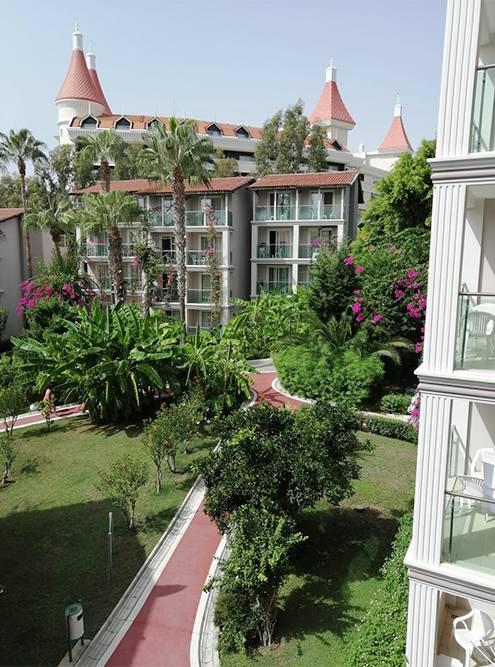 Вид на территорию отеля с балкона нашего номера