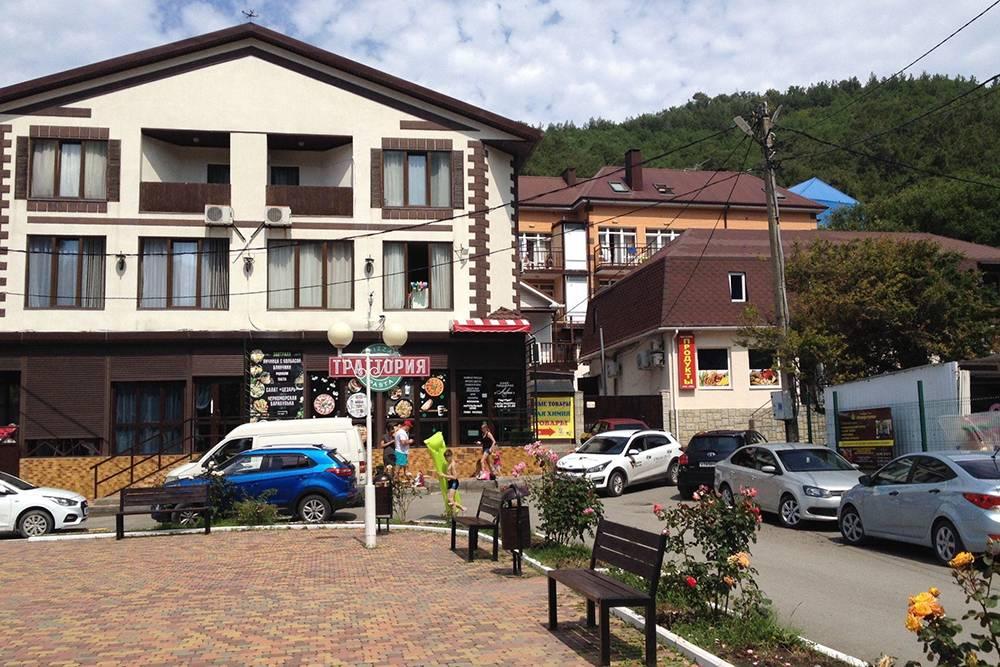 Джанхот крупнее Прасковеевки — там больше продуктовых магазинов и жилья. Так выглядит главная площадь хутора: сплошные гостиницы и гостевые дома. Рядом — рынок, кафе, столовые и пляж