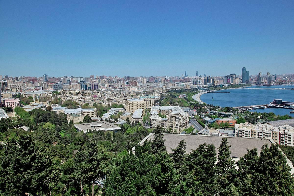 Рядом находится Нагорный парк, с которого открывается прекрасный вид на Баку. Подняться можно на фуникулере за 40<span class=ruble>Р</span> или бесплатно по лестнице