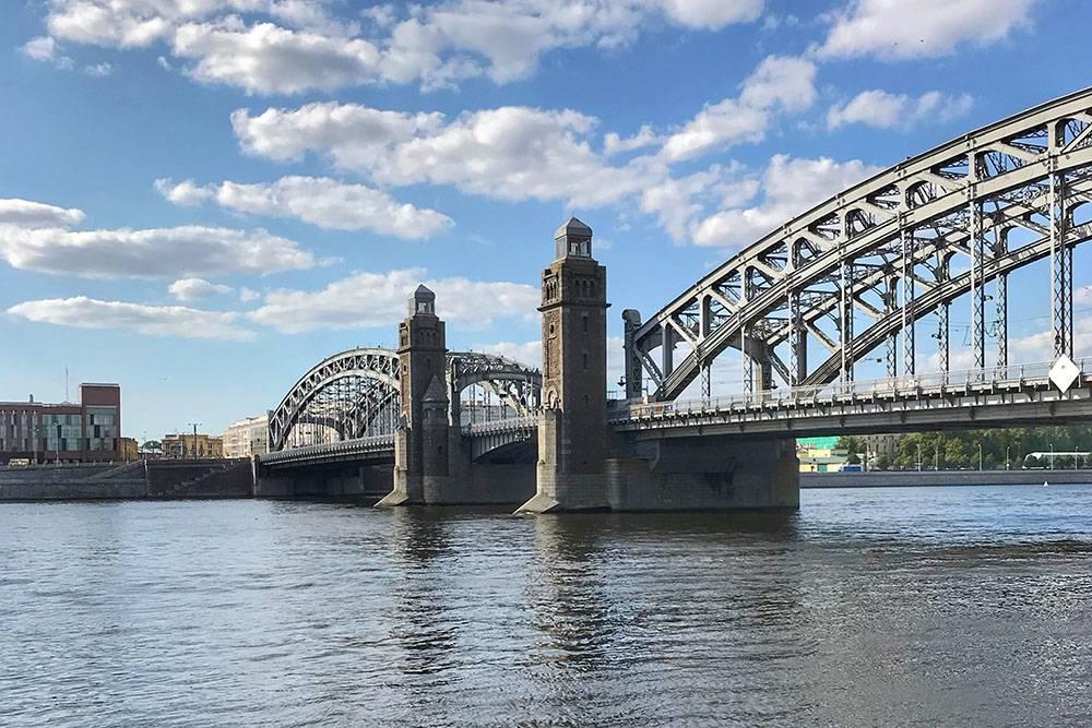 По легенде, одна из миллионов металлических заклепок моста — золотая