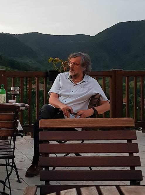 На террасе кафе за соседним столиком я увидела Кустурицу. Он увлеченно разговаривал с другом, поэтому я решила ему не мешать