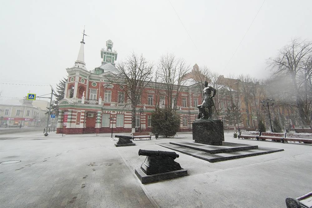Рядом со зданием музея стоит памятник ПетруI, который отвоевал Азов у Османской империи в 1696году