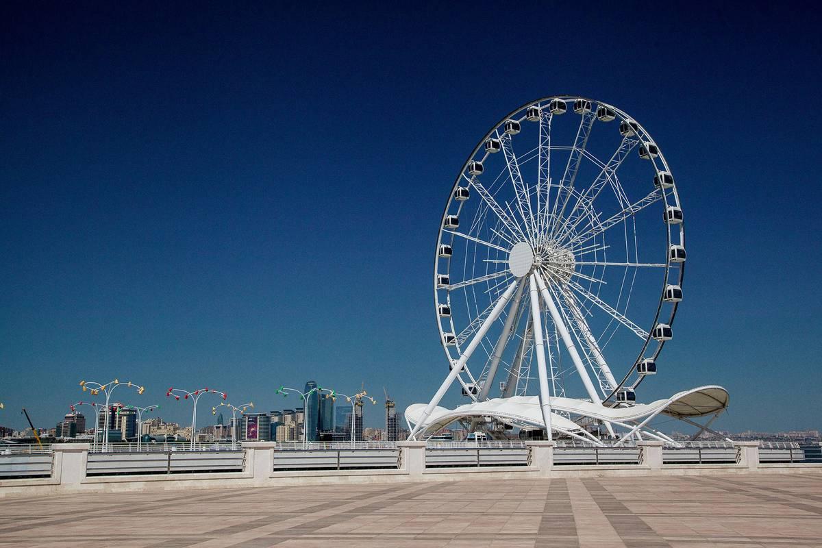 Колесо обозрения на набережной Баку, высота — 61 метр