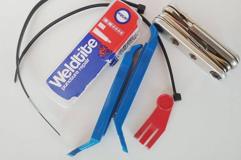 Моя велоаптечка за 700<span class=ruble>Р</span>: пластиковые хомуты, набор для заклейки камеры, монтажки для съемки и установки покрышки, мультитул и заглушка тормоза. Она нужна для того, чтобы при снятом колесе случайное нажатие на рычаг тормоза не привело к заклиниванию тормозной колодки