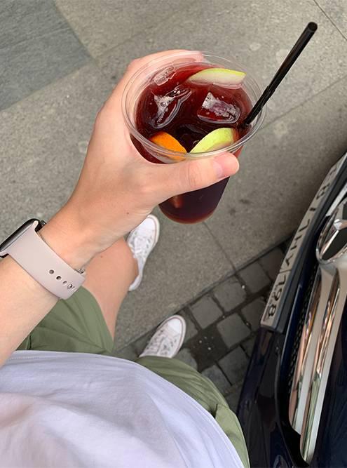 В жаркие дни многие брали коктейли навынос. Стакан сангрии на Рубинштейна продавали за 300<span class=ruble>Р</span>
