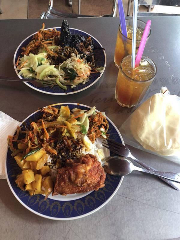 Типичный обед малайзийца — рис с курицей и овощами. Здесь любят курицу во фритюре с такой корочкой, что мяса там почти не остается. Порция риса огромная, мы просим убрать половину