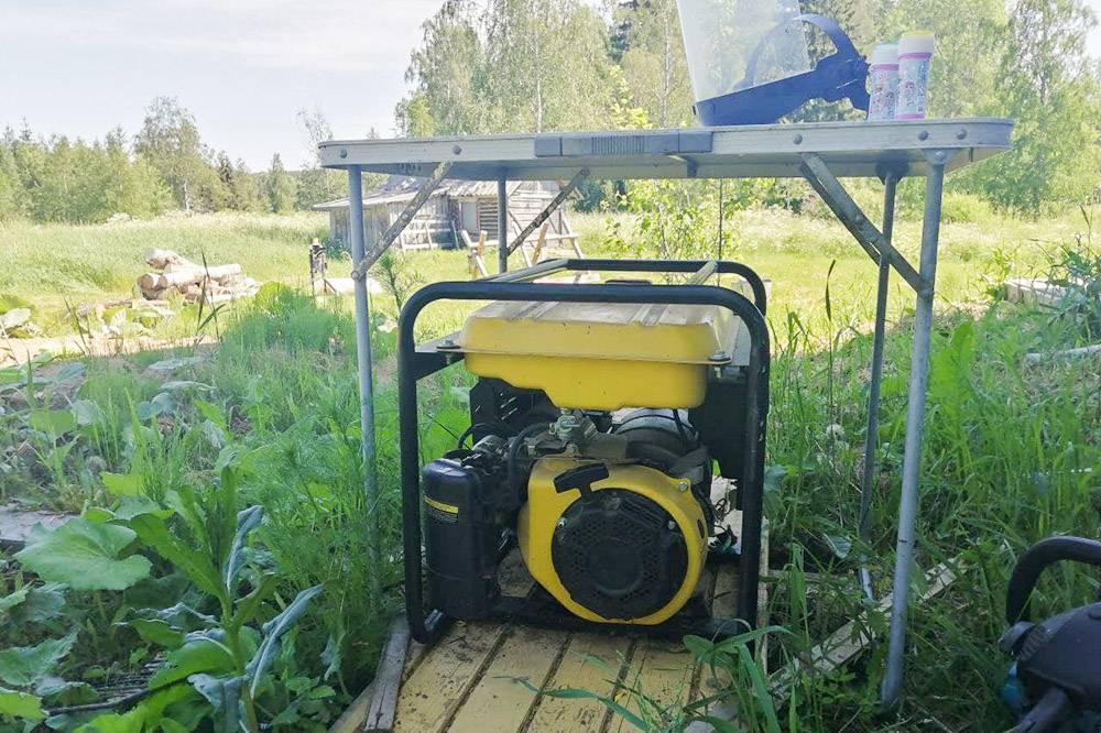Мы поставили генератор на улице, длязащиты от дождя принесли походный столик. В будущем планируем построить специальную будку, но пока руки не дошли