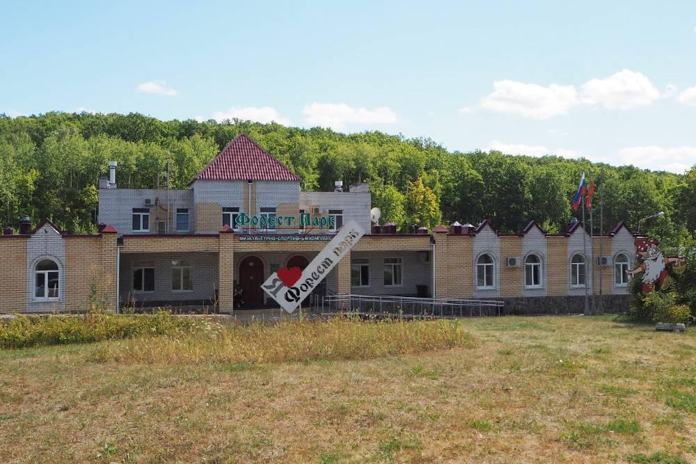 В гостинице «Форест-парка» номера стоят от 1500<span class=ruble>Р</span> в сутки. Парк располагается совсем рядом с Задонском — удобно посмотреть город и «Кудыкину гору»