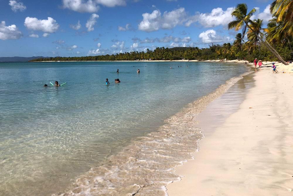 На пляже «Гранд-Анс-де-Салин» нет инфраструктуры, но она и не нужна: от лучей солнца можно укрыться в тени пальм, белый песок не раскаляется на солнце, поэтому лежать на нем — одно удовольствие. В будни людей совсем немного