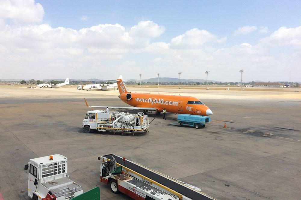 На таком самолете мы летели из Найроби на Занзибар. В билете было указано, что рейс прямой, но по пути мы остановились в Момбасе, где почти все пассажиры вышли и зашли новые. Как мы поняли, самолет работает по принципу маршрутки