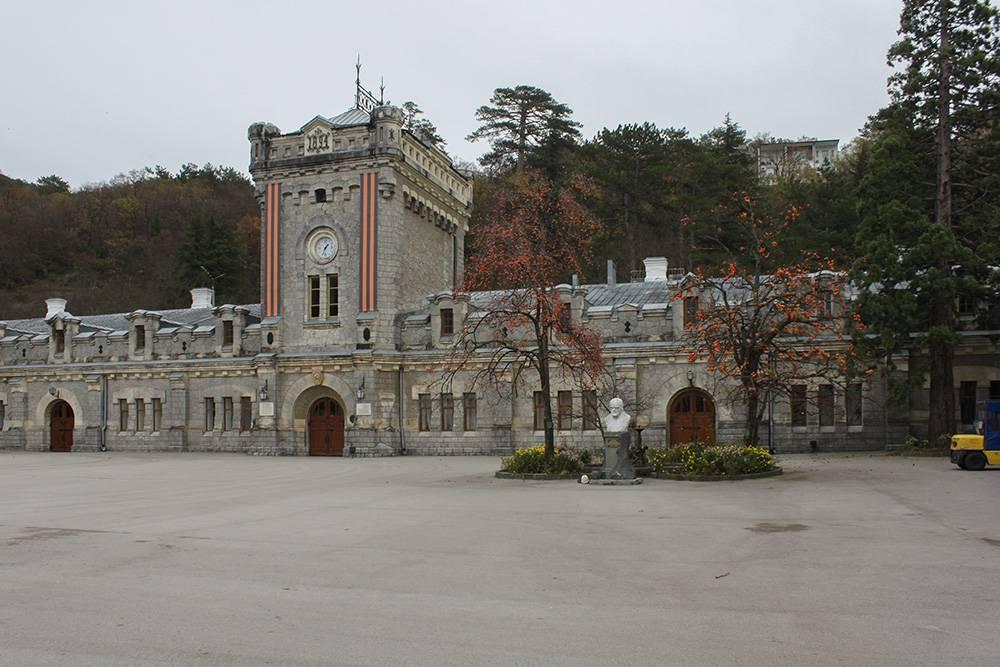 Главное здание завода похоже на маленький замок