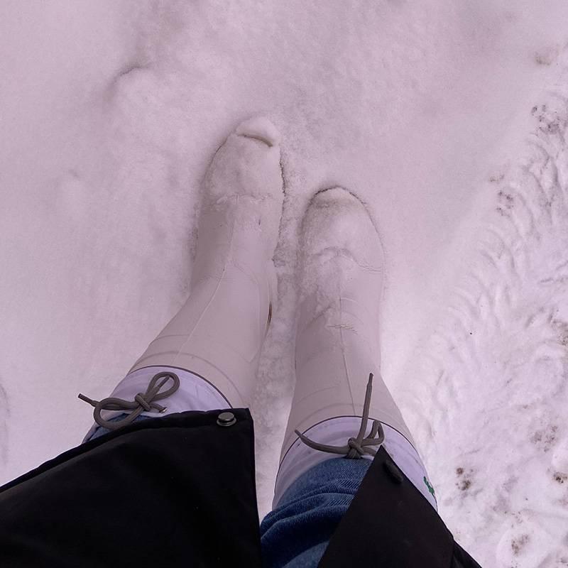 Вышла с работы в светлое время суток, а тут снег. Это, кстати, те самые сапоги-луноходы