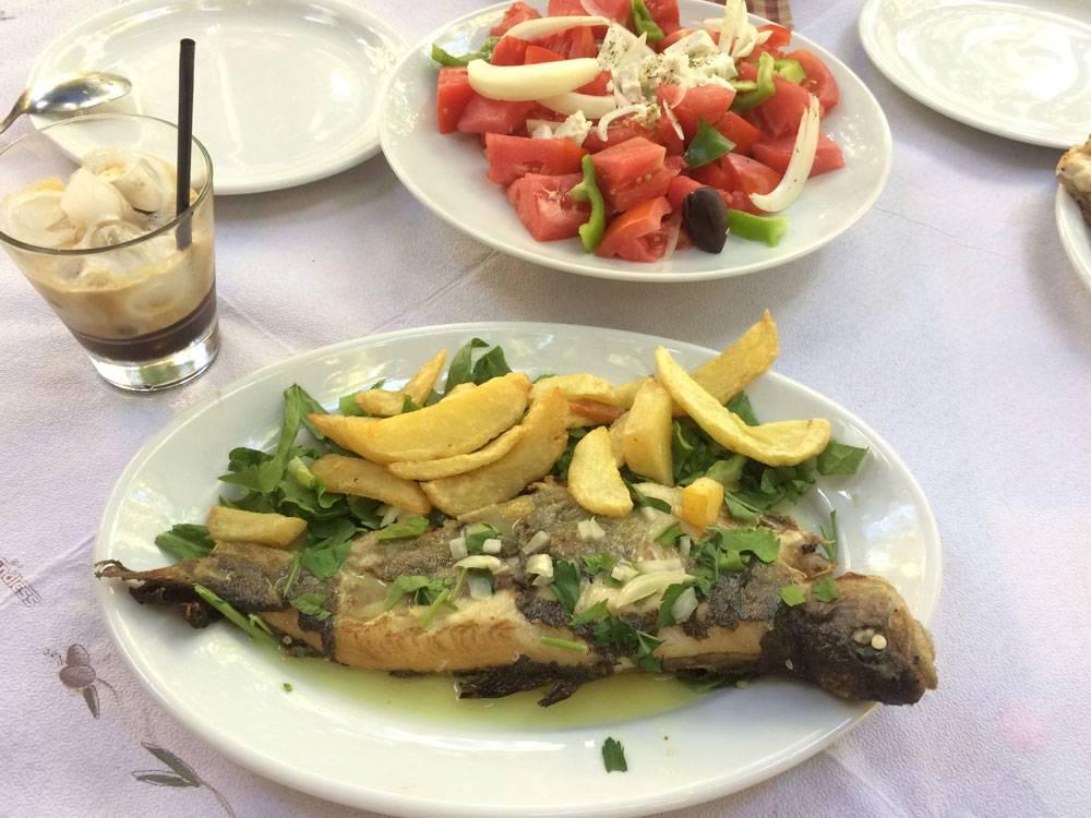 Типичный греческий обед: форель, салат и холодный кофе фраппе