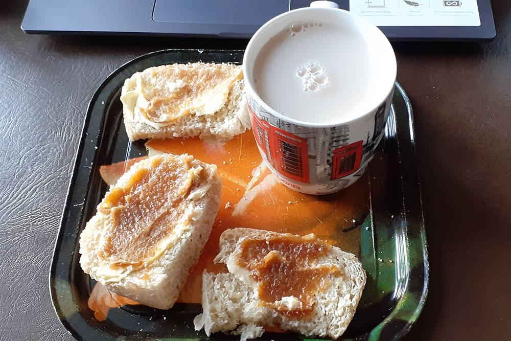 Пью чай с молоком, ем бутеры с маслом и медом — пробую гречишный, тоже от «Берестова». Интересный вкус у меда, не похож на липовый. Говорят, если мед правильный, от него слегка першит в горле. От «Берестова» не очень першит, но мне он всеравно нравится