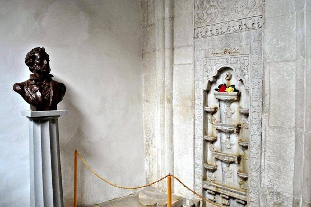Самый известный объект Ханского дворца — воспетый Пушкиным Фонтан слез, которому он в дар приносил две розы. Эту традицию в музее поддерживают до сих пор: цветы находятся в чаше фонтана круглый год