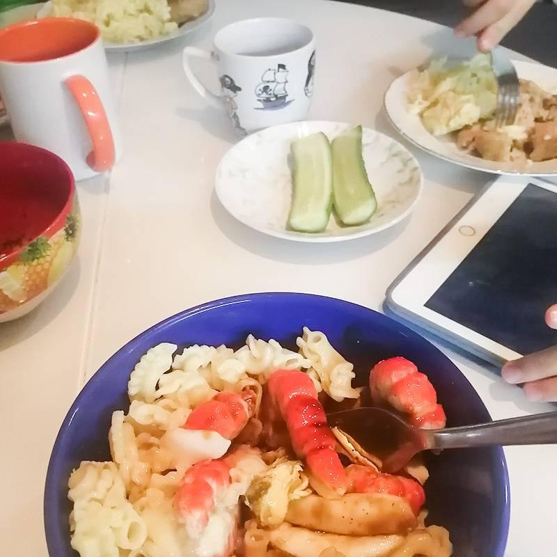 На ужин — макароны с котлетами и морепродуктами