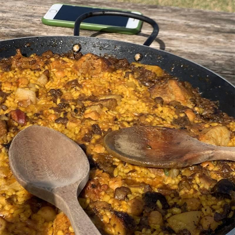 Э. готовит паэлью на сковороде размером с канализационный люк
